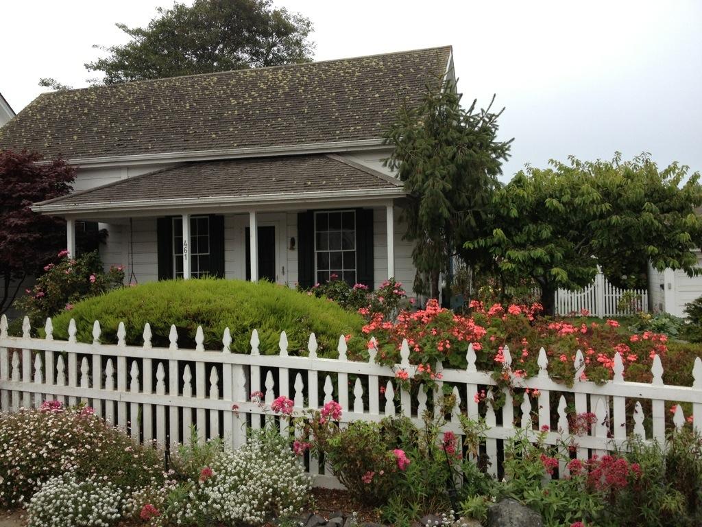 Una delle graziose case con dehors fiorito di Mendocino.