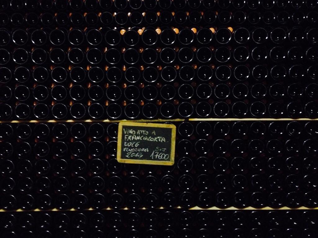 Bottiglie di Franciacorta in una cantina.
