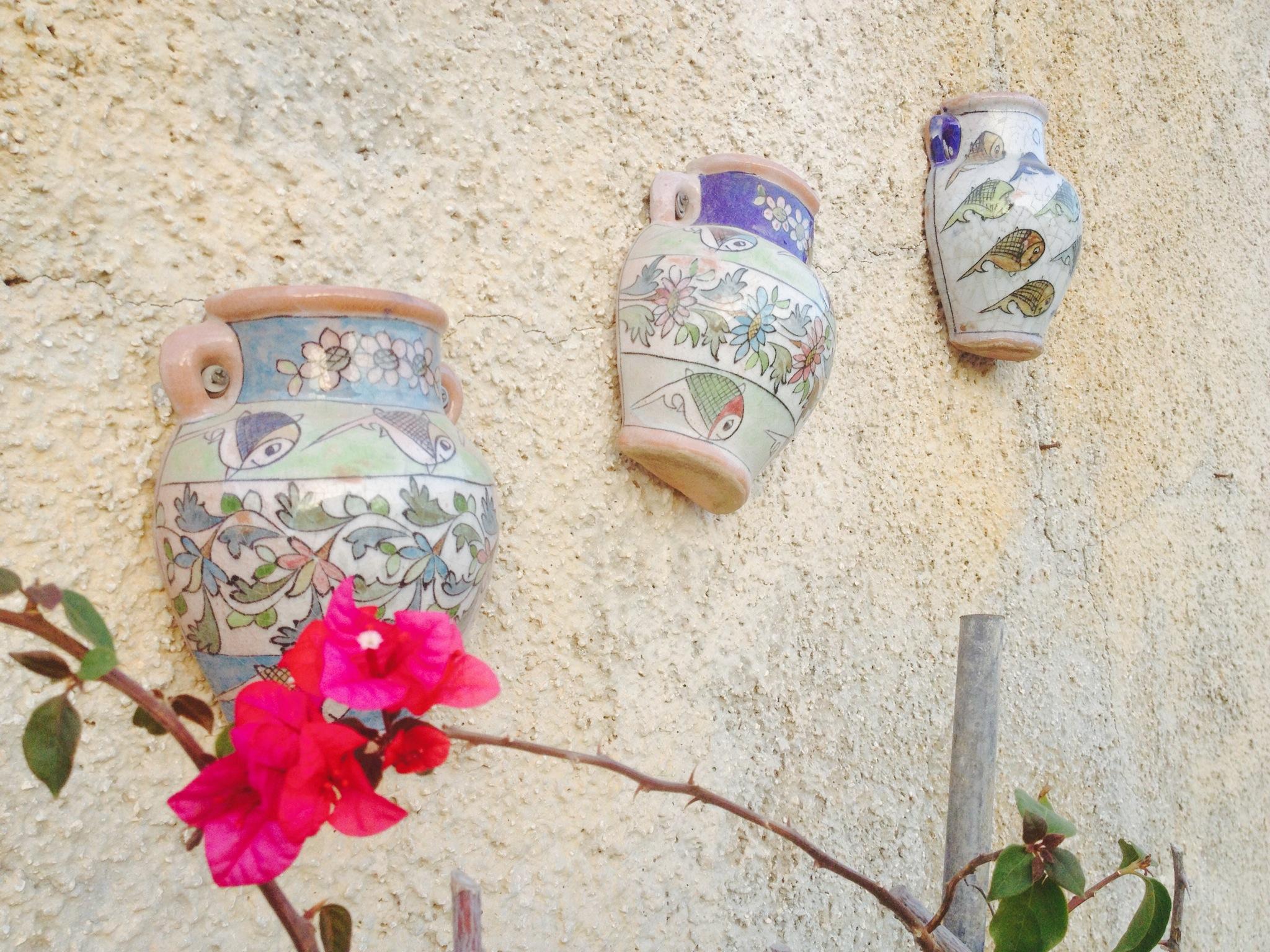 Ceramiche appese ai muri a secco, tipici della provincia di Ragusa.